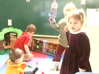Vidéo : À la garderie, comme à la maison, copains, copines